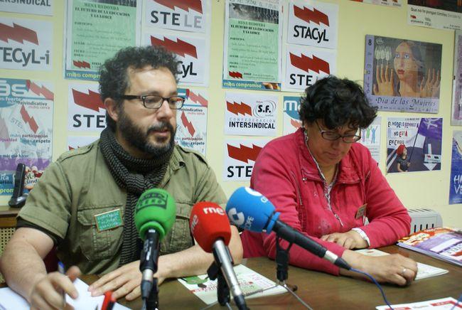 José Santa Marta y Carmen Llamas, miembros de Stele, durante la presentación de la mesa redonda.