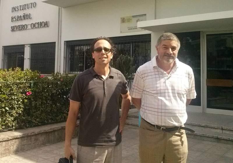 Los profesores del Ramiro II, Jorge de Prada y José Aurelio, frente al Severo Ochoa de Tánger. - dl
